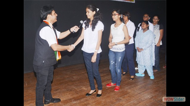 Student Ms.Shamika Girkar Handshaking with Mr.Gautam Garry Guptaa
